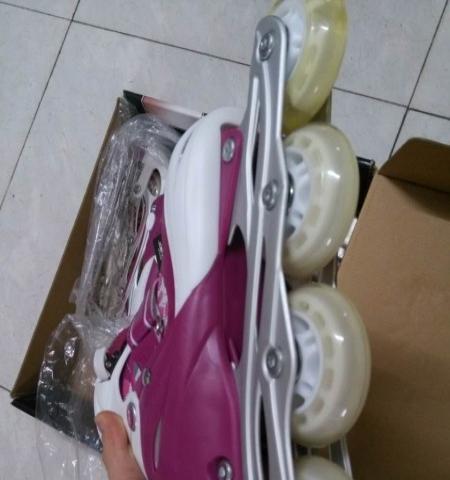 出售一双女生轮滑鞋,全新的